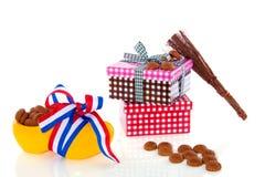 Gingernuts y presentes holandeses de Sinterklaas Foto de archivo libre de regalías
