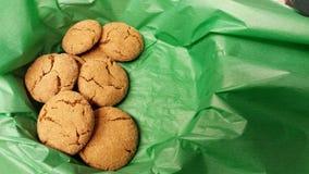 Gingersnaps en tejido verde Imagenes de archivo