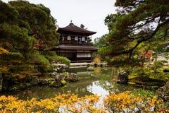 Ginkakuji z odbiciem przy jesienią fotografia stock