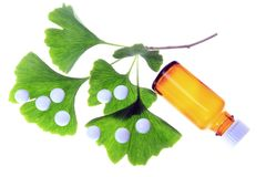 Ginkgo as a remedy. Leaves of the ginkgo tree and coated tablets for oral use (symbolic Stock Photography