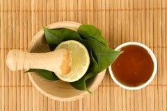 Ginkgo biloba Badfelder auf dem Bambustellersegment Lizenzfreies Stockfoto