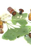 Ginkgoblätter mit Kügelchen und Tabletten Stockfotografie