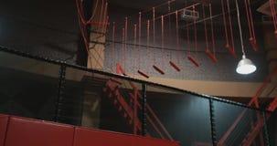 Ginnasta dell'acrobata che salta su un trampolino nel centro del trampolino in vestiti bianchi video d archivio