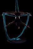 Ginnasta della giovane donna con le sete aeree relative alla ginnastica blu Fotografia Stock Libera da Diritti