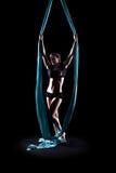 Ginnasta della giovane donna con le sete aeree relative alla ginnastica blu Immagine Stock Libera da Diritti