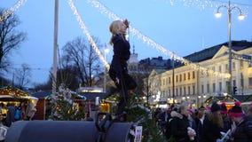 Ginnasta della ragazza al Natale annuale giusto nel centro di Helsinki archivi video