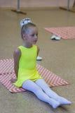 Ginnasta flessibile della bambina che fa esercizio acrobatico in palestra Sport, addestramento, forma fisica, yoga, concetto atti Fotografia Stock Libera da Diritti