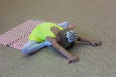 Ginnasta flessibile della bambina che fa esercizio acrobatico in palestra Sport, addestramento, forma fisica, yoga, concetto atti Fotografia Stock