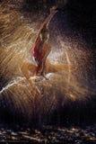 Ginnasta nello spruzzo di acqua Fotografie Stock