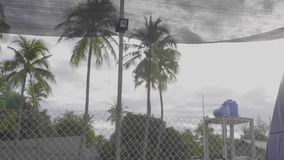 Ginnasta professionista che salta sul trampolino e che fa i trucchi al rallentatore archivi video