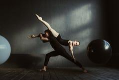 Ginnaste flessibili che si esprimono durante la ripetizione Fotografia Stock Libera da Diritti