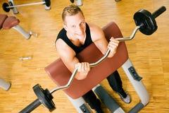 In ginnastica con il barbell Immagini Stock Libere da Diritti