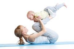 Ginnastica del bambino e della madre, esercizi di yoga Fotografia Stock Libera da Diritti