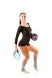Ginnastica di donna con la sfera e la corda di salto fotografia stock