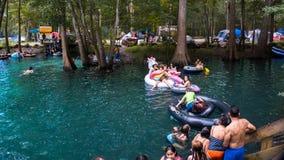 GINNIE春天,佛罗里达 美国- 2018年8月31日 演奏和游泳在与可膨胀的独角兽的水中我的许多人孩子&孩子 免版税库存图片