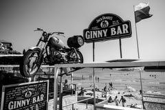 Ginny Bar na praia pública de uma cidade antiga do beira-mar na costa do Mar Negro do búlgaro do Mar Negro Imagem de Stock Royalty Free