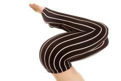 Ginocchia delle gambe barrate pantaloni del nero piegate Fotografia Stock Libera da Diritti