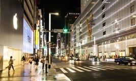 Ginza en la noche - distrito de las compras en Tokio central con muchas tiendas famosas de la marca Fotografía de archivo libre de regalías