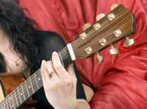 gioca una chitarra   Fotografia Stock