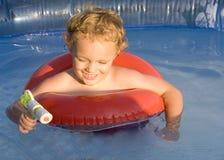 Giocando in acqua Immagini Stock