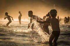 Giocando all'acqua Rio de Janeiro, Brasile Fotografie Stock Libere da Diritti