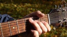 Giocando alla chitarra acustica stock footage