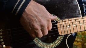 Giocando alla chitarra acustica, fine sul colpo archivi video