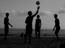 Giocando alla spiaggia Fotografia Stock
