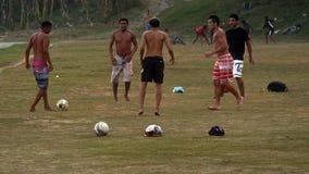 Giocando a calcio alla spiaggia Immagine Stock