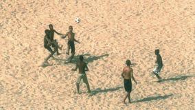 Giocando a calcio alla spiaggia di Copacabana Fotografie Stock Libere da Diritti