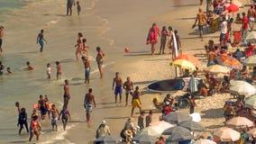 Giocando a calcio alla spiaggia di Copacabana Immagini Stock
