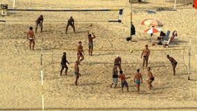 Giocando a calcio alla spiaggia di Copacabana Fotografia Stock Libera da Diritti