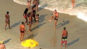 Giocando a calcio alla spiaggia di Copacabana Fotografia Stock