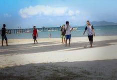 Giocando a calcio alla spiaggia di Padang Melang immagine stock
