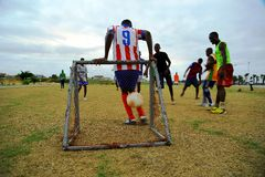 Giocando a calcio nel Gabon Fotografia Stock