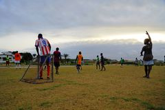 Giocando a calcio nel Gabon, l'Africa Fotografia Stock