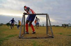 Giocando a calcio nel Gabon, l'Africa Immagini Stock