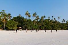 Giocando a calcio nella spiaggia Immagine Stock