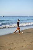 Giocando a calcio sulla spiaggia nel Los Organos, il Perù Fotografie Stock