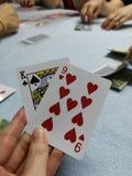 Giocando, carte nelle mani delle donne, giocanti, giochi con le carte, soldi del poker fotografie stock libere da diritti