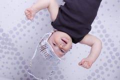 Giocando come il ragazzo infantile divertente della scimmia in un cappuccio fotografia stock