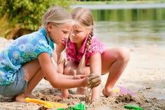 Giocando con acqua e la sabbia Immagine Stock Libera da Diritti