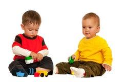 Giocando con i bambini dei blocchi immagini stock