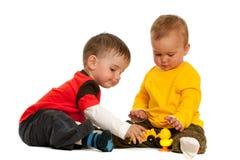 Giocando con i bambini dei blocchi immagine stock libera da diritti