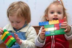 Giocando con i blocchetti del cubo Fotografie Stock Libere da Diritti