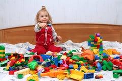 Giocando con i blocchetti del cubo Fotografia Stock