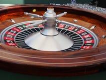 Giocando con i chip ad una tavola delle roulette Immagini Stock Libere da Diritti