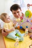 Giocando con il bambino Fotografie Stock
