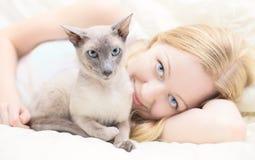 Giocando con il gatto Immagine Stock