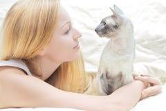 Giocando con il gatto Fotografia Stock